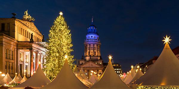 Berlin, Gendarmenmarkt, Weihnachtsmarkt, Französischer Dom, Konzerthaus, Panorama, Nachtaufnahme