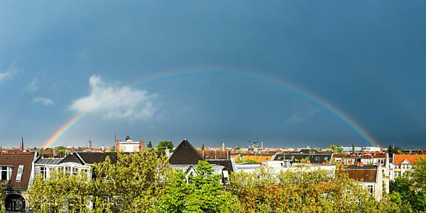 Kompletter Regenbogen über Berlin