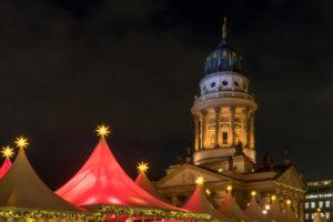 Berlin, Gendarmenmarkt, Weihnachtsmarkt, Französischer Dom, beleuchtet, Nachtaufnahme