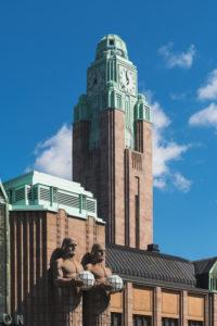 Helsinki, Finnland, Hauptbahnhof, Uhrenturm und Statuen von Emil Wikström, Jugendstil und Neoklassizismus