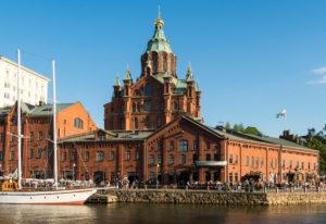 Helsinki, Katajanokka-Magazine, Uferpromenade Kanavaranta, im Hintergrund Uspenski-Kathedrale