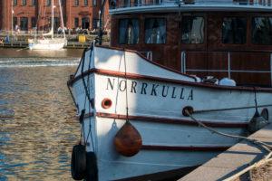 Helsinki, Halkolaituri-Kai, Hafen historischer Schiffe, Norkulla im Abendlicht