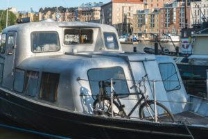 Helsinki, Halkolaituri-Kai, Hafen historischer Schiffe, Boot mit Fahrrad