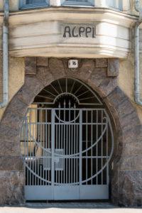 Helsinki, Jugendstilarchitektur im Stadtteil Eira, Pietarinkatu 16, Einfahrt Haus Alppi
