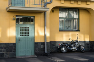 Helsinki, Jugendstilarchitektur im Stadtteil Eira, Juvilakatu, Eingangstür, Motorrad