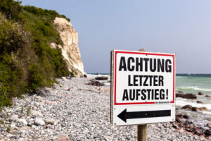"""Rügen, Kap Arkona, Steilküste, Strand, Hinweisschild """"Letzter Aufstieg"""""""