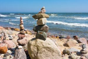 Rügen, Küstenwanderweg zwischen Sellin und Binz, Steinmännchen