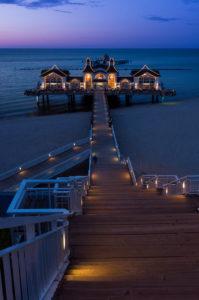 Rügen, Ostseebad Sellin, Seebrücke, Treppenabgang, beleuchtet, blaue Stunde
