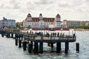 Ostsee, Seebad Binz, Kurhaus und Seebrücke mit Dampferanlegestelle, wartende Touristen