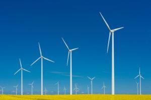 Windräder vor blauem Himmel, Symbolbild Windkraft, erneuerbare Energie