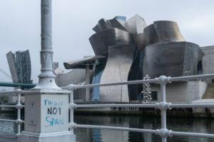 """Spanien, Bilbao, Guggenheim-Museum, Protest für Unabhängigkeit des Baskenlandes: """"This is not Spain"""""""