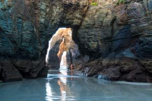 Spanien, Nordküste, Galicien, Nationalpark, Kathedralenstrand, Playa de las Catedrales, Naturdenkmal, Abendstimmung, Paar