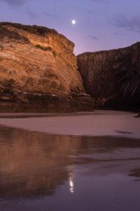 Spanien, Nordküste, Galicien, Nationalpark, Kathedralenstrand, Playa de las Catedrales, Abendstimmung, sich spiegelnder Mond