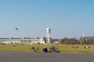 Berlin, Tempelhofer Feld, Familie mit Rädern, Skateboard und Drachen