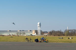 Berlin, Tempelhofer Feld, family with wheels, skateboard and kite