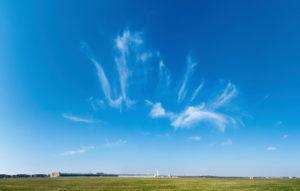 180-Grad-Panorama, Berlin, Tempelhofer Feld, Himmel ohne Kondensstreifen während der Corona-Pandemie