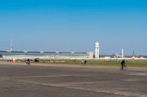 Berlin, Tempelhofer Feld, ehemalige Startbahn, Radfahrer