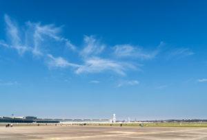 Berlin, Tempelhofer Feld, Himmel ohne Kondensstreifen während Corona-Pandemie mit eingeschränktem Flugverkehr