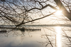 Berlin, Wannsee, wintry distant view, empty jetties, sun rays