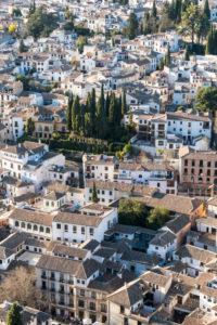 Spanien, Granada, Blick von der Alhambra Richtung Albaicin, Zypressen