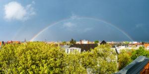 Berlin, Straße, Dachgeschoss, Linden, Platanen, kompletter Regenbogen