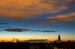 """Komet """"Neowise""""(C/2020 F3) über Berlin, Abenddämmerung, Fernblick nach Norden"""
