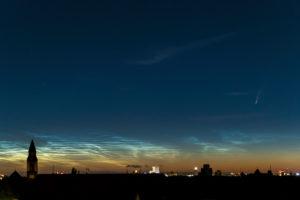 """Komet """"Neowise""""(C/2020 F3) und leuchtende Nachtwolken (NLC) über Berlin"""