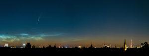 """Komet """"Neowise""""(C/2020 F3) und leuchtende Nachtwolken (NLC) über Berlin, Panorama"""