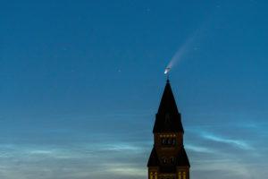 """Komet """"Neowise""""(C/2020 F3) über Berlin, Kirchturmspitze"""