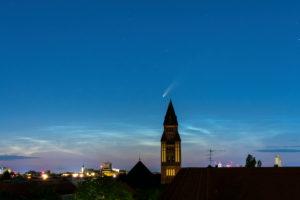 """Komet """"Neowise""""(C/2020 F3) über Berlin, Abenddämmerung"""