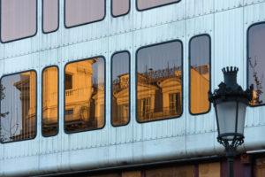 Barcelona, moderne Fassade mit Altbauspiegelung, Kontrast