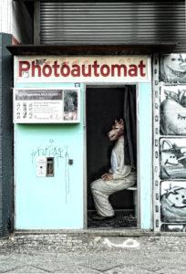 Photoautomat, Person mit Kostüm und Wolfsmaske, Selbstauslöser, Foto, Selfie