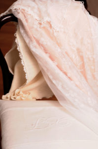 Stoff, Kleid, Stuhl, Hochzeitskleid auf Stuhl