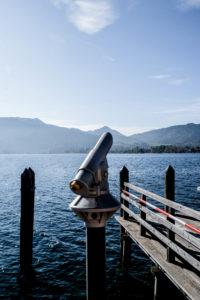 Tegernsee, Bayern, Deutschland, Fernrohr, Aussicht, beobachten, entdecken, See, Ausflugsziel ,menschenleer, blauer Himmel, Wasser, Tourismus, Reisen, Steg, Absperrband, Berge