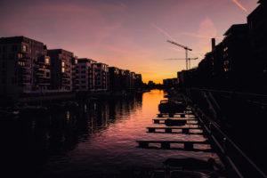 Frankfurt am Main, Häuser am Wasser bei Sonnenuntergang