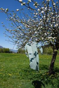 Kleid hängt an einem Baum
