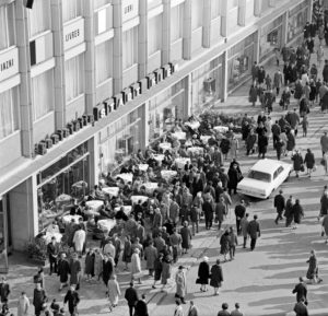 Spring fair 1966 in Leipzig, hustle and bustle at the book fair house in front of the restaurant 'Stadt Kiew' in Petersstrasse