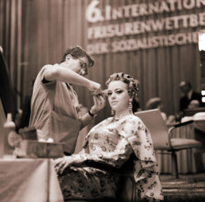Hairstylist with a model on the occasion of the 6th international hairstyle competition of the socialist countries 1969 in Leipzig