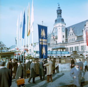 Around 1968 Leipzig at the time of the fair, hustle and bustle in the city center on the market in front of the underground fair house, behind it the Old Town Hall