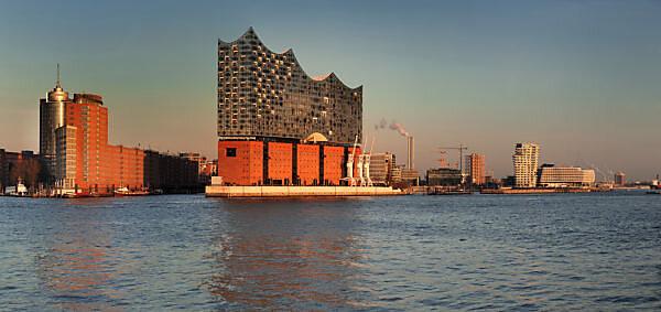 Blick über die Elbe zur HafenCity mit Elbphilharmonie, Marco-Polo-Tower und Unilever Zentrale, Hamburg, Deutschland