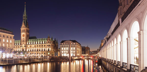 Rathaus und Alsterarkaden an der kleinen Alster, Hamburg, Deutschland
