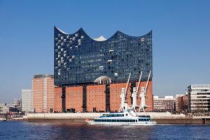 Elbphilharmonie, HafenCity, Hafenrundfahrtsschiff, Hamburg, Deutschland