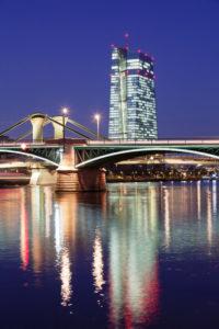 Blick über den Main zur Ignatz Bubis Brücke und zur Europäischen Zentralbank, Frankfurt, Hessen, Deutschland