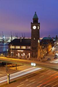 Pegelturm an den St.Pauli Landungsbrücken mit Blick zum Hafen, Hamburg, Deutschland