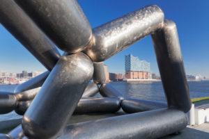 Skulptur von Richard Deacon vor dem Stagetheater, Blick über die Elbe zur Elbphilharmonie, HafenCity, Hamburg, Deutschland