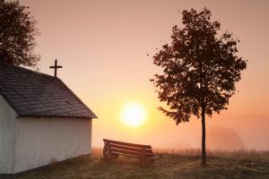 Kapelle bei Sonnenaufgang, Frühnebel im Herbst, Hunsrück, Rheinland-Pfalz, Deutschland