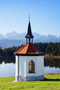 Kapelle am Hergratsrieder See mit Allgäuer Alpen, bei Füssen, Allgäu, Bayern, Deutschland