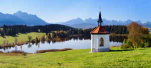 Kapelle am Hergratsrieder See mit Allgäuer Alpen, bei Füssen, Allgäu, Ostallgäu, Bayern, Deutschland