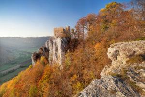 Burgruine Reussenstein über dem Neidlinger Tal im Herbst, Schwäbische Alb, Baden-Württemberg, Deutschland
