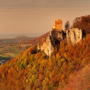 Burgruine Reussenstein über dem Neidlinger Tal im Herbst bei Sonnenuntergang, Schwäbische Alb, Baden-Württemberg, Deutschland